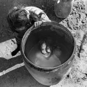 Circo Magnum / un nuño se baña en un tanque durante el desarme de la carpa, en Malvín Norte, Montevideo, el 28 de agosto de 1995.