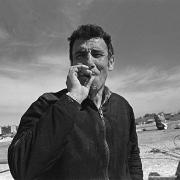 Circo Magnum / Manrique, jefe de peones, fuma un cigarrillo durante el desarme de la carpa, Malvín Norte, Montevideo, el 28 de agosto de 1995.