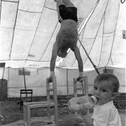 Petit Circo Olguín / Christian Olguín ensaya junto a su sobrino, San Gregorio de Polanco, Tacuarembó, noreste uruguayo, enero de 1997.
