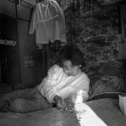 Circo Magnum / Aranda Jr. juega a las bolitas dentro de la casa rodante, en La Teja, Montevideo, el 23 de junio de 1995.