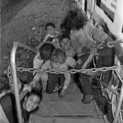 Circo Magnum / Un grupo de niños pobres intenta entrar al circo en Brazo Oriental, Montevideo, el 31 de agosto de 1995.