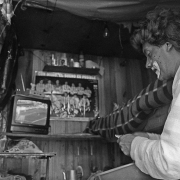 Circo Magnum / Un payaso mira un partido de fútbol de Copa América durante un descanso, en Colón, Montevideo, el 23 de julio de 1995.