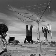 Circo Magnum / Un peón descansa luego del desarme de la carpa, en Malvín Norte, Montevideo, el 28 de agosto de 1995.