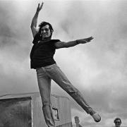 Petit Circo Olguín / Ceni, contorsionista, hace equilibrio en un alambre a bordo de una balsa en el rio Negro, de San Gregorio de Polanco, Tacuarembó, a Blanquillo en Durazno, noreste uruguayo, enero de 1997.